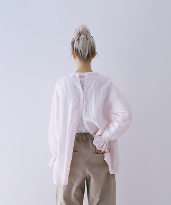 淡く儚げなピンク色のリネンシャツは、ほんのり甘い繊細なデザインが魅力的です。ボタンをいくつか外して、バックシャンなスタイルもキュート。チノパンとのバランス感もとてもナチュラルな表情です。