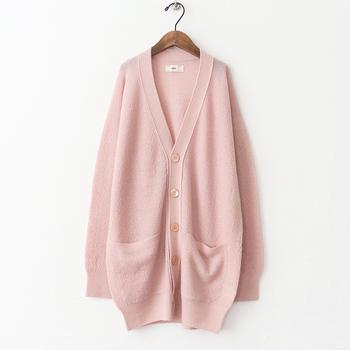 気温が揺らぎがちな季節に重宝するカーディガン。温もりある優しいピンクは身につけているだけで、ホッと安らげそう。丈は長めでヒップもカバーしてくれるシルエット。ラフな羽織りものとして出番が多くなりそうです。