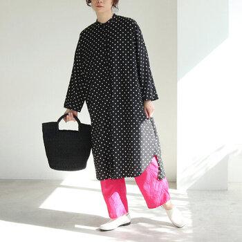 黒のドッド柄ワンピにビビッドピンクのペチパンツ。コントラストがはっきりと出るかっこいいスタイル。黒の重たさを鮮やかな色の効果で分散!普段モノトーンの服が多いという方におすすめのアレンジ方法です。
