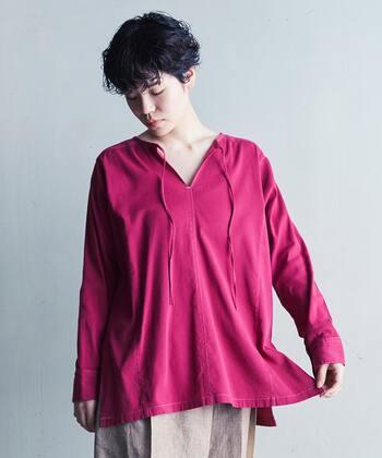 どこかエスニックなムード漂うノーカラーのオーバーシャツ。前後2way仕様で、着方によってニュアンスが変わるのも楽しい。紫がかったフューシャーピンクがクール!華やかで大人っぽいスタイルが完成します。