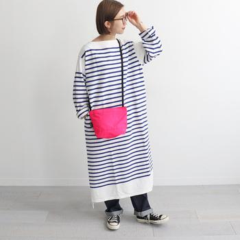 小ぶりだけど、必需品はしっかり収まるショルダーバッグ。ナイロン地にネオンのような明るいピンクが印象的。スポーティー&可愛らしさのミックス感が絶妙です。
