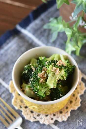 いつもの温ブロッコリーにナムルの味付けをするだけの簡単レシピ。火を通すのも電子レンジを使うので、お湯を沸かしたりする手間も省けよりお手軽に。しっかりとした中華風の味付けで冷めてもおいしく食べられます。