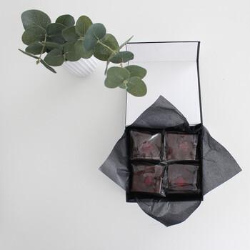 バレンタインなどでお菓子を渡すときのラッピングにも、ワックスペーパーは活躍します。黒いワックスペーパーは、ラフな雰囲気が抑えられて上品な印象。モノトーンで箱と揃えると大人っぽいですね。