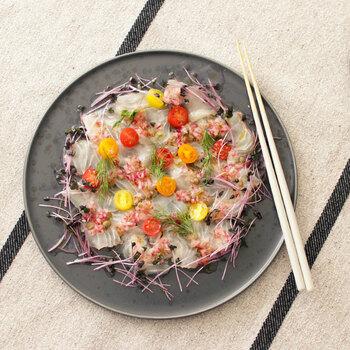 カルパッチョは、出来上がりがしんなりとして盛り付けが難しいですよね。色とりどりの野菜とともに盛り付ければ、宝石箱のようなお料理に仕上がります。色が偏らないように、全体にバランスよく並べてくださいね。シックな色のお皿を使うと高級感がでます。