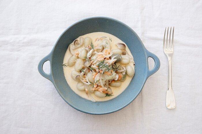 クリームソースは、平皿よりも深皿で、縁がしっかりあるものがおすすめ。料理が広がりにくいので、盛り付けがしやすく、まとまります。手つきにするとカジュアルな印象になり、食べやすいのも◎。ほっこりと和やかな食卓になりますよ。