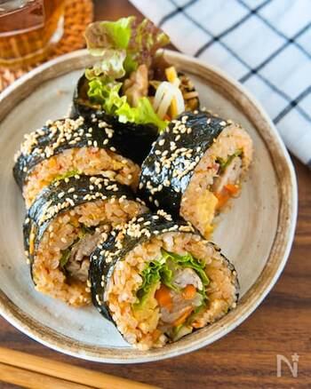 野菜もお肉も一品で楽しめる韓国風のり巻き「キンパ」のレシピ。 コチュジャンが効いたピリ辛なご飯と甘めの卵焼きなどインパクトのある具材も、サニーレタスを加えることでバランスよくまとまります。 刻んだキムチのシャキッと感がやみつきになりそう♪