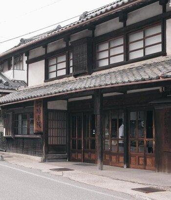 屋号からもうかがえる通り、「酢」からスタートした「酢屋茂(すやも)」は、創業から間もなく130年。  その技術を生かしながら、味噌・醤油・・・と長い歴史の中で様々な日本の伝統食を製造してきた醸造元です。