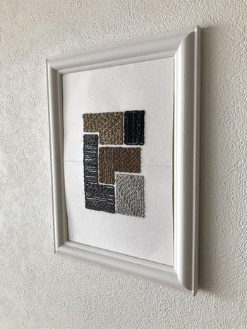 図形を糸で埋めた、幾何学的な紙刺繍です。フレームに入れて飾れば立派なアートです。絶妙な色の合わせ方と、糸を刺す方向の違いが生み出す刺繍ならではの表現の可能性を感じさせてくれます。