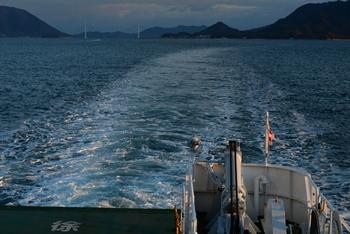 瀬戸内海のほぼ真ん中あたりに位置する大崎上島町(おおさきかみじまちょう)。広島県の竹原発、大崎上島行きのフェリーに乗って向かうルートが代表的。造船とみかん栽培が盛んな町ですよ。
