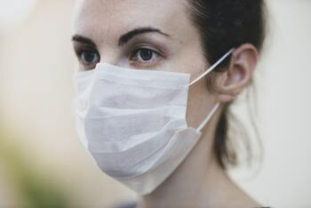 マスクでもきれいをキープ!メイク崩れを防ぐお役立ちグッズ