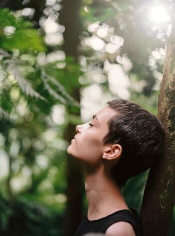 リラックスの基本といえば、深呼吸。呼吸を整えることは、場所や道具に関係なく簡単にできるリラックス法です。  不安が押し寄せてきて胸がどきどきしているとき、体は緊張状態にあります。緊張状態にあると無意識に呼吸は浅くなり、交感神経が優位になって興奮している状態に。深い呼吸を意識的に多くすると副交感神経が優位になって休息状態になり、心も体もリラックスできます。