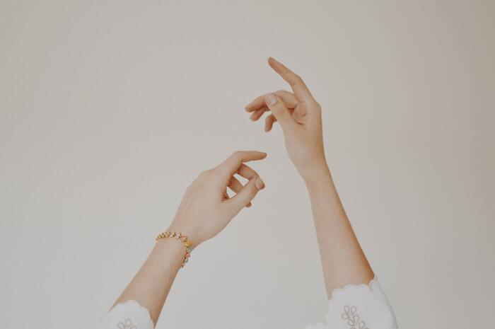 緊張状態にあると体にもたくさん力が入ってしまっているから、意識的に力を抜いて強張りを取り除きましょう。筋弛緩法は、一度思い切り力を入れてから一気に脱力することで、筋肉の緊張を緩める方法です。  1.手をグーに握るなど、10秒ほど思い切り力を入れる。 2.手をパーに開いて、20秒ほど完全に脱力する。 3.1~2を繰り返す。  脱力したときに、体からの緊張がぱっと解放されるのを感じてください。