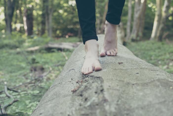 心に穏やかさを取り戻すため、瞑想を行なう人もいるでしょう。しかし不安にかられているといてもたってもいられず、瞑想を開始してもしばらく心のざわつきが取れないときがありますよね。そんなときは、歩行瞑想を試してください。  読んで字の如く、歩きながら行なう瞑想法。足や歩行そのものに意識を向けます。まず体を動かすこと自体が、不安やストレスへの対処法の一つ。さらに、思考を落ち着けつつ軽い有酸素運動をする中で、幸せホルモンとも呼ばれるセロトニンが分泌されて安らぎを取り戻しますよ。