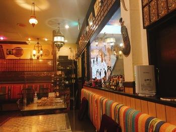 「Arabian Restaurant Zenobia(アラビアレストラン ゼノビア)」は、広尾駅から徒歩5分ほどの場所にあります。地下1階の店舗はエキゾチックな雰囲気。シリア出身のシェフが作る本格的なシリア料理がいただけると人気です。