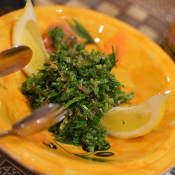 こちらの「タッブーラ」は、刻みパセリにトマトやミント、玉ねぎなどを混ぜたもので、シリアを中心とした東地中海で食べられているメジャーなサラダのひとつ。パセリの強い香りとレモンの酸味がとても爽やかです。
