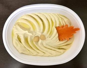 シリアではペースト料理が多く食べられます。こちらはひよこ豆とごまで作った「ホンモス」。クリーミーなペーストは、アラビアナンというインドよりも薄いナンにつけていただくのが本場流。ほかにも、シシカバブやクスクスなど多彩な料理がそろっています。