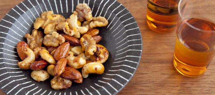 燻製にするとより風味がでるミックスナッツのおやつはいかがですか。味の決め手は下味にオリーブオイルとだしの素を混ぜること。10分程度でささっと作れるのもうれしいポイント。