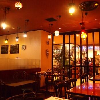 日比谷・有楽町駅からすぐの場所にある「TOPKAPI(トプカプ)」は、1993年創業のトルコ料理レストラン。店内は、少し照明を落としたムーディーな雰囲気です。