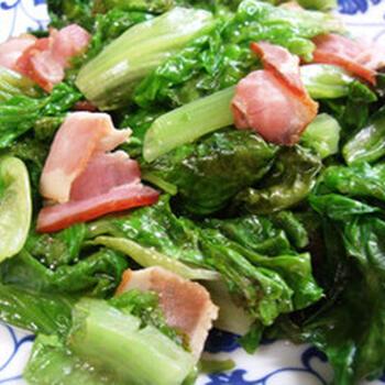 お弁当のおかずにもおすすめ! ベーコンとサニーレタスのシンプルな炒めものレシピ。ベーコンに脂身と塩味があるため、調味料控えめで作れるのも◎ 最近野菜が足りていないかな…というときにサニーレタスを大量消費できるお役立ちレシピです。