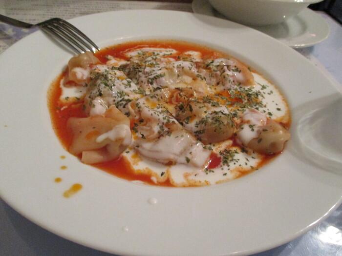 常時7~8種類あるランチセットのなかで人気なのが「マントゥ セット」。トルコ風のラビオリで、なめらかな皮のなかにスパイスが効いたひき肉が入っています。中東料理の特徴である、トマトとヨーグルト2種類のソースが全体の味を引き締めていて、ソースをピタパンに浸して食べるのもおすすめです。