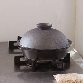 萬古焼(ばんこやき)という陶で作られた燻製鍋です。ドーム型でほっこりするフォルム。とてもおしゃれでインテリアにもなじみます。耐久性にすぐれているので長く使えるのはうれしい。作り方は簡単!鍋の底にアルミホイルを敷きその上にスモークチップのせます。そして網の上に食材をのせて、コンロに火をつけスモーク。日常の料理感覚で作れますよ。すぐに始められるようにサクラチップが付属されています。