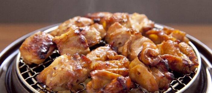 屋外では調理スペースの確保が難しく、下準備は簡単にしたいもの。こちらは、お惣菜で売られている焼き鳥をスモークするだけ。たれと香ばしさがマッチして、まろやかな味を楽しめます。もう一品欲しい時にすぐに作れますよ。