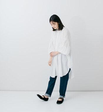 ボリュームのある袖が今年らしいチュニックシャツに、定番のルーズフィットデニムを合わせています。ホワイトとブルーの組み合わせは爽やかな春夏の装いにぴったりです。毎年おなじみのシャツ×デニムコーデは、シルエットやディテールで変化をつけるとトレンド感があっておしゃれ!