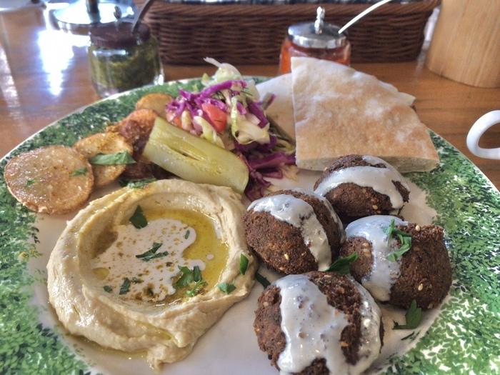 「ファラフェルプレート」は、豆に香辛料やハーブを混ぜて揚げたコロッケがメイン。食べやすい味付けははもちろん見た目もおしゃれで、楽しみながらイスラエルの食文化に触れることができますよ。