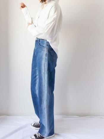 明るく爽やかな白シャツにワイドなデニムパンツを合わせたコーディネートです。程よく透け感のあるシャツが、大人っぽさと軽やかさを演出してくれています。脚のラインをきれいに見せてくれるハイウエストのパンツには、トップスをインして着るのがおすすめです◎