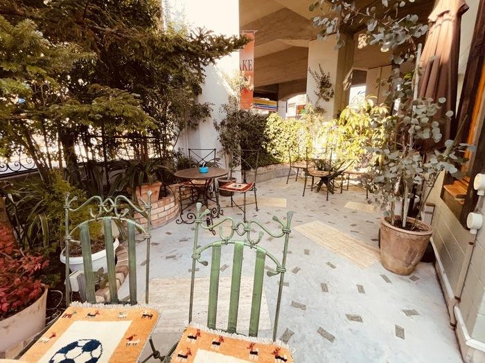 テラス席は海外にいるような開放感のある雰囲気がステキです。カフェの隣はインテリアショップなので、お食事のあとはこちらものぞいてみては?