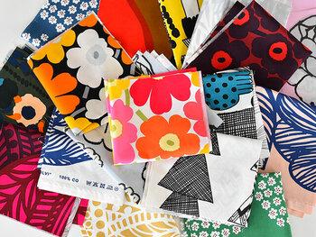 marimekko(マリメッコ)や北欧ブランドの生地が詰まったお得な「はぎれ福袋」。見たことのないデザインや、自分では選ばない生地との出会いでインスピレーションが湧きそう。暖色系やモノクロなどテイストを選べるのがgood。