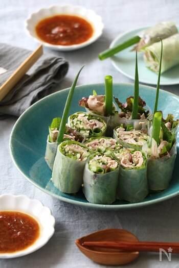 豚薄切り肉にみょうが・大葉などの香味野菜を合わせた風味豊かな春巻きのレシピ。 和風の梅肉たれでさっぱりとした味わいを楽しめます。食欲がない日のお料理としても活躍しそうですね。