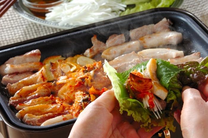 サンチュの代わりにサニーレタスを使用すれば、自宅でも気軽に韓国風の焼き肉を楽しめます。 サニーレタスに豚バラ肉やキムチを巻けば、野菜もたっぷりと摂取できます。 低糖質なのにボリュームたっぷりなのも嬉しいポイントです。