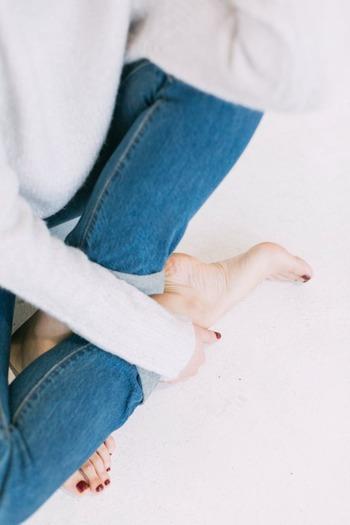 冷えによる血行不良などでむくみが出てしまう人は多いかもしれません。きちんとケアをしてあげないと、そのまま太くなってしまう可能性が高くなります。足首のむくみは気づきにくいパーツでもあるので、ケアも後回しになってしまいがち。「靴下を脱いだら跡がついて消えない…」という人は要注意です。