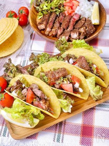タコスキットを利用すれば、おうちで本格的なタコスを楽しめます。 タコシーズニングをステーキ肉にすりこんで焼き上げるだけで、メキシコの牛肉料理「カルネアサダ」の完成! タコ・シェルにサニーレタス・ステーキ・トマトなどを挟んで、タコソースをかければできあがりです。