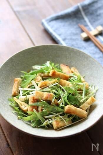 水菜と油揚げを調味料と和える簡単サラダ。油揚げはこんがり焼くことで食感を楽しめます。口の中で、シャキシャキとカリカリをお楽しみください♪