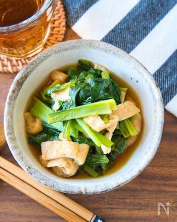 小松菜はビタミンやカルシウム、鉄分などの栄養が豊富。火を通すとかさが減って、たくさん食べられますよ。味付けはめんつゆだけでとってもお手軽!レンジ調理なので、時間がない時でもささっと作れます。