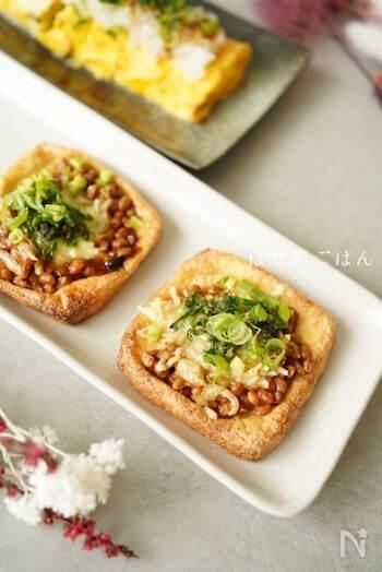 納豆や大葉をのせた和風ピザ。油揚げは和の食材と相性抜群です。油抜きをした油揚げに具材をのせ、トースターで焼けば出来上がり。とろけるチーズでまろやかな味わいに!