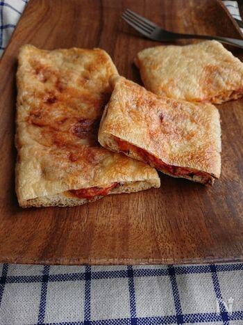 こちらは、油揚げの間にトマトベースの具材を挟んだ一品。油揚げをパイ代わりに使うのは斬新なアイデア!トマトの酸味とサバの旨味がマッチした、和×イタリアンな味わいを楽しめます。