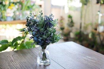 ex. flower shop & laboratoryの「香るドライブーケ」は、ラベンダーやユーカリなどの香りがよい草花を束ねて作られており、すべて一点もののオリジナルです。フレッシュな状態から、少しずつドライに変化していく様子を楽しめるのもポイント。