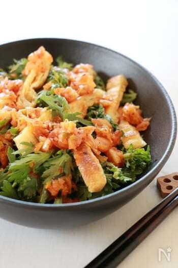 キムチの辛味と酸味がきいたサラダ。油揚げの黄色、春菊の緑、キムチの赤が合わさって彩りも綺麗♪キムチの味によって、調味料の量は調整してくださいね。