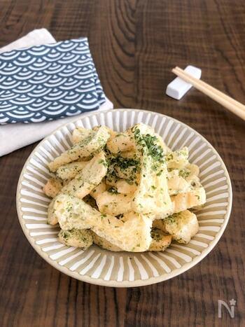 油揚げと青のり、塩だけで作れる簡単チップス。軽い食感で、いくらでも食べられそう♪短時間でできるため、食べたい時にすぐ作れますよ。市販のポテトチップスと比べて、カロリーが控えめなのも嬉しい。