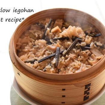 山菜の煮汁に一晩浸けたもち米を、せいろで蒸します。そして、煮汁をふりかけて山菜も加え、もう一度蒸します。もっちりと食べ応えがあって、香りも抜群のおこわのできあがりです。