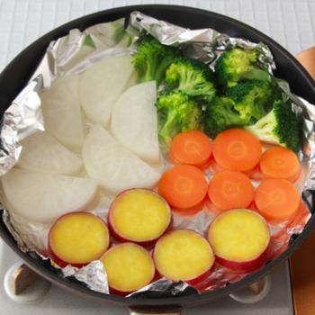 蒸し器がなくてもOKのアイデア温野菜。フライパンに少量の水を入れ、アルミホイルをかぶせて野菜を置き、蓋をして蒸すだけです。