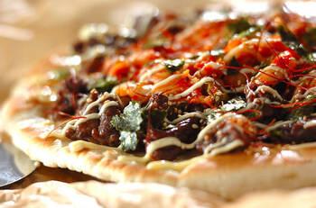 フライパンで生地を焼く!牛肉のプルコギピザです。お肉に下味をなじませてから焼くことで、しっかりとした味付けに。あとからキムチなどのトッピングも加えて、よりボリューム満点の一品に仕上げます。パリッと焼いたピザ生地に具材を包みこんで召し上がれ♪