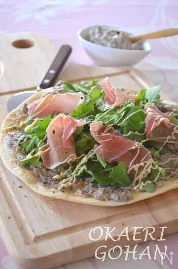 見た目もおしゃれ♪ルッコラをたっぷり使ったピザです。細かく刻んで炒めた玉ねぎとマッシュルームに、クリームチーズを加えたペーストがこのピザの特徴。スパイスのきいたペーストは、ルッコラ、生ハムと相性抜群のおいしさです。ワインにも合いますよ◎