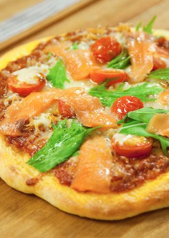 しらすとスモークサーモンを使ったピザです。しらすは生活習慣病の予防や脳の老化防止に効果が期待されるEPAとDHAや、カルシウムが豊富な食材。ピザの具にすれば、チーズと相まってとても食べやすく苦手な方にもおすすめ。栄養たっぷりなピザを堪能して。