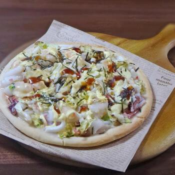 ボリュームたっぷり♪生のイカ・エビを贅沢に使ったお好み焼き風ピザです。ピザでありながら、コテを使って食べたくなるほど絶妙な味わい。シーフードミックスを使って手軽に作るのもあり◎春キャベツのおいしい時期にぜひ試してみて。