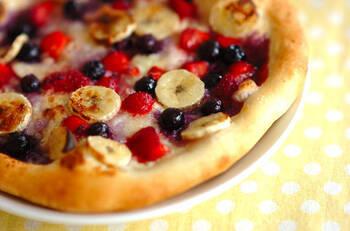 ベリーたっぷり♪フルーツピザです。クリームチーズを塗った生地の上に、冷凍のベリーとバナナをトッピングします。お好きなフルーツを自由にのせてもOK!焼き上がりのジューシーな新食感のピザをぜひ楽しんで。