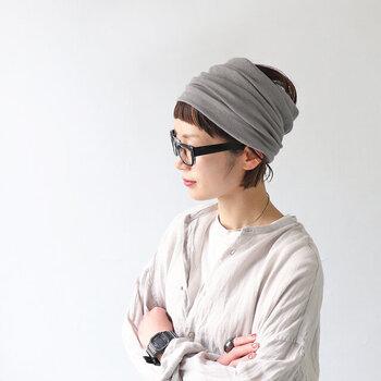 コットン100%のニットのヘアターバンは、柔らかな肌触りが心地よいです。薄手でクシュクシュとしわが寄るので、付けるだけで表情が生まれます。